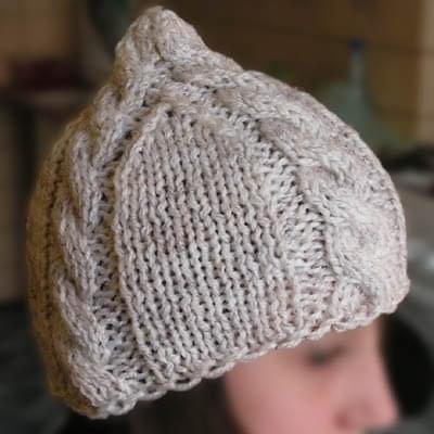 Biało-szara czapka z warkoczami. Wykonanie: zdzid