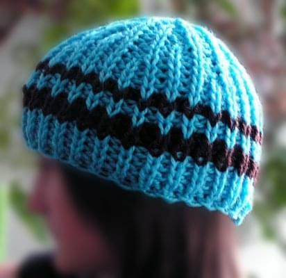 Czapka turkusowo-niebieska ozdobiona brązowym paseczkiem. Wykonanie: zdzid