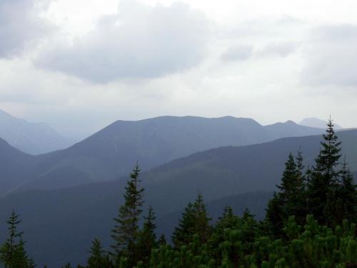 Ornak, a z lewej Iwanicka Przełęcz z drogi na Grzesia
