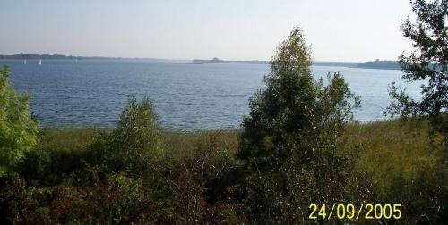 Widok na jez. Powidzkie ze skarpy między Powidzem a Przybrodzinem (koło torów kolejki wąskotorowej)
