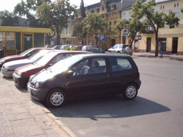 samochód ma juz swoje lata, ale nadal jest atrakcyjny wizualnie... #tomaszów #reanault #twingo